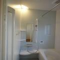 浴びるのも、つかるのも心地よい、リラックス感あふれるバスルーム。溝の汚れはスポンジで…