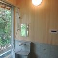 最新の浴槽は、出入りがしやすいように進化。時間と空間を味わいながら、イメージにぴったりの…