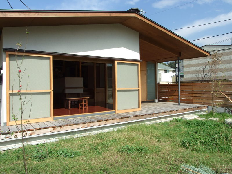 平屋 , 湘南・茅ヶ崎 深い軒裏をもつ平屋の家 渡辺篤史さんの建